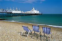 United Kingdom, England, East Sussex, Eastbourne: Deck chairs on beach in front of pier | Grossbritannien, England, East Sussex, Eastbourne: Liegestuehle am Kieselstein-Strand, im Hintergrund die Pier