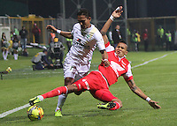 BOGOTA -COLOMBIA. 15-03-2014. Henry Hernandez  (Izq) de La Equidad disputa el balon contra Francisco Meza del Independiente Santa Fe   partido por la onceava   fecha de La liga Postobon 1 disputado en el estadio Metropolitano de Techo . /    Henry Hernandez  (L) of La Equidad  fights the ball  against Francisco Meza of Independiente Santa Fe   of  eleventh  round during the match  of The Postobon one league  at the Metropolitano of Techo Stadium . Photo: VizzorImage/ Felipe Caicedo / Staff