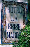 """Europe/Provence-Alpes-Côte d'Azur/83/Var/Ile d'Hyères/Ile du Levant: Enseigne de l'hôtel """"La Brise Marine"""""""