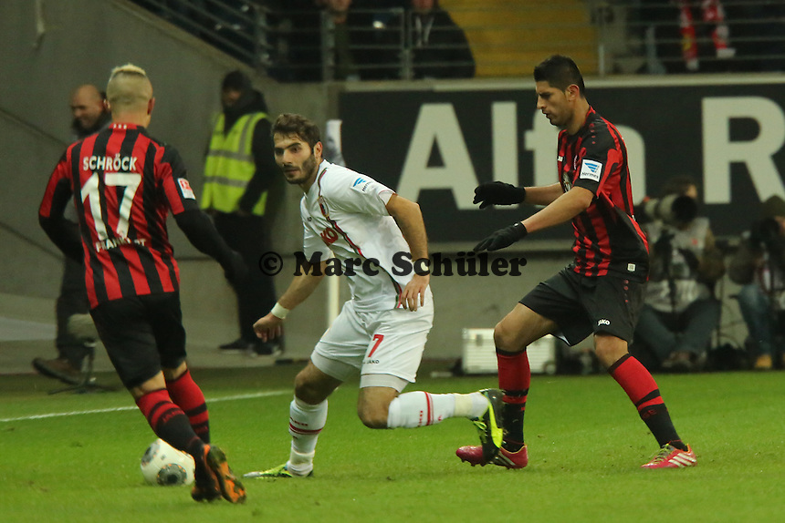 Halil Altintop (Augsburg) gegen Stephan Schröck und Carlos Zambrano (Eintracht) - Eintracht Frankfurt vs. FC Augsburg