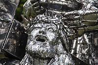 """SÃO PAULO,SP, 07.04.2017 - EXPOSIÇÃO-SP Exposição-""""Paixão"""" de Gilmar Pinna na praça """"Aldo Chioratto"""", no Parque do Ibirapuera, região sul de de São Paulo (SP) nesta sexta-feira. A exposição abarca 46 esculturas de aço inox, que revisitam importantes momentos da sagrada """"Via-Crúcis"""". (Foto: Danilo Fernandes/Brazil Photo Press)"""