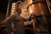 Europe/France/Midi-Pyrénées/32/Gers/Eauze: Le distillateur Jean Lenos Da Costa surveille la distillation au Domaine du Tariquet<br /> Auto N&deg;: 2010-101