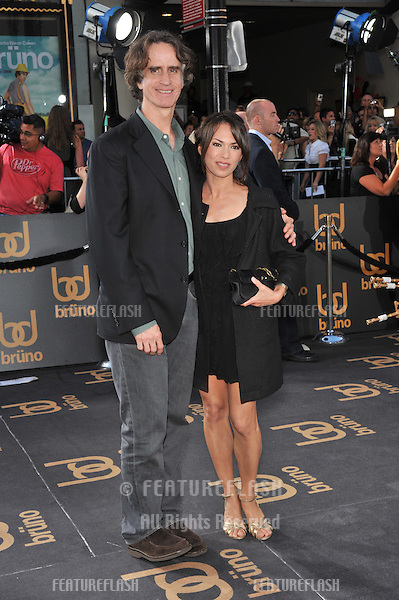 "Jay Roach & wife Susanna Hoffs at the Los Angeles premiere of  ""Brüno"" at Grauman's Chinese Theatre, Hollywood..June 25, 2009  Los Angeles, CA.Picture: Paul Smith / Featureflash"