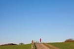 Europa, DEU, Deutschland, Nordrhein Westfalen, NRW, Ruhrgebiet, Muelheim, Ruhrtal, Weg, Freizeitsportler, Blauer Himmel, Wolkenlos, Kategorien und Themen, Freizeit, Freizeitaktivitaet, Freizeitaktivitaeten, Wetter, Wetterelemente, Wetterlage, Wetterkunde, Witterung, Witterungsbedingungen, Wettererscheinungen, Meteorologie, Wettervorhersage....[Fuer die Nutzung gelten die jeweils gueltigen Allgemeinen Liefer-und Geschaeftsbedingungen. Nutzung nur gegen Verwendungsmeldung und Nachweis. Download der AGB unter http://www.image-box.com oder werden auf Anfrage zugesendet. Freigabe ist vorher erforderlich. Jede Nutzung des Fotos ist honorarpflichtig gemaess derzeit gueltiger MFM Liste - Kontakt, Uwe Schmid-Fotografie, Duisburg, Tel. (+49).2065.677997, ..archiv@image-box.com, www.image-box.com]