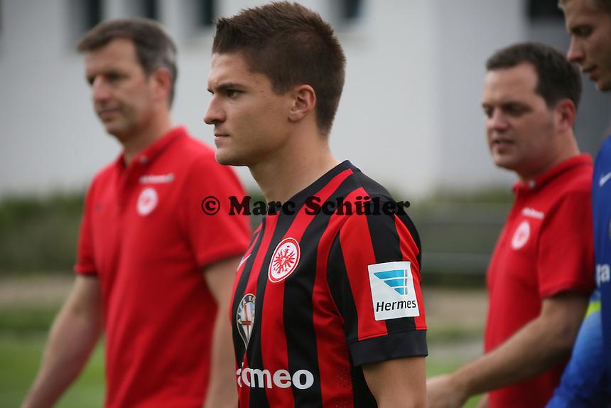 Aleksandar Ignjoviski (Eintracht Frankfurt) kommt zum Fototermin