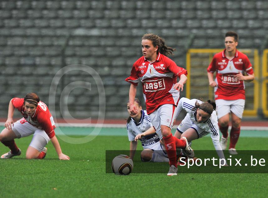RSC Anderlecht Dames - Standard Femina de Liege : Davina Philtjens aan de bal.foto DAVID CATRY / Vrouwenteam.be