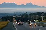 Rodovia Regis Bittencourt, estrada BR116. Municipio de Campina Grande do Sul. Parana. 2010. Foto de Joao Urban.