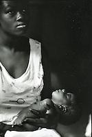 Ritratto di una donna con in braccio un neonato a Buenaventura, Colombia, un villaggio nella foresta colombiana  utilizzato per lo studio della malaria dall'OMS in quanto presenti le principali specie di zanzare anofele.