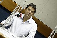 ATENCAO EDITOR: FOTO EMBARGADA PARA VEICULOS INTERNACIONAIS - SAO PAULO, 17 DE OUTUBRO DE 2012 - ELEICOES 2012 - AGENDA FERNANDO HADDAD - O candidato a prefeitura de Sao Paulo, Haddad do PT em entrevista a Radio CBN, na manha dessa quarta-feira, 17, Santa Cecilia, zona oeste da capital paulista - FOTO LOLA OLIVEIRA - BRAZIL PHOTO PRESS