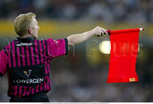 The touch judge signals with his flag, Bradford Bulls 22 v Leeds Rhinos 20, Powergen Challenge Cup Final, Millenium Stadium, Cardiff, 030426. Photo: Neil Tingle/Action Plus...2003.Rugby League.official officials flags