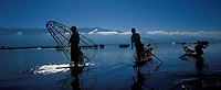 Asie/Birmanie/Myanmar/Plateau Shan/Ywathit: Lac Inle: Pêcheurs sur le lac avec leurs nasses coniques