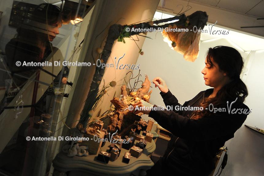 Artigiani a San Lorenzo , quartiere storico di Roma..Gina Loria, creatrice di gioielli nel suo laboratorio..Craftsmen in San Lorenzo, historic district of Rome..Gina Loria, creative goldsmith of jewelry in her laboratory...