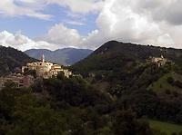 Italien, Latium, Bergdorf Rocchette in der Region Sabina mit den Monti Sabini | Italy, Lazio, Region Sabina: mountain village Rocchette with Monti Sabini mountains