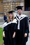 Oxford 2009-03-07. Miasto w południowej Anglli głównie znane jako siedziba Uniwersytetu Oxfordzkiego. Studenci na Radcliffe Square.