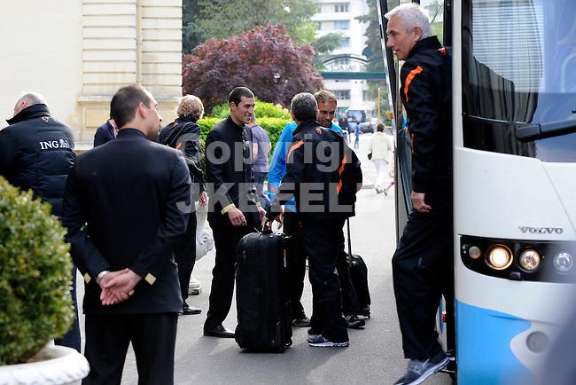 LAUSANNE - Trainingskamp Nederlands Elftal in Zwitserland, voorbereiding EK 2012, aankomst hotel Beau-Rivage Palace, 17-05-2012, trainer Bert van marwijk stapt uit de bus.