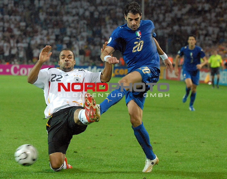 FIFA WM 2006 -  Semi Finals / Halbfinale<br /> <br /> Play    #61 (04-Juli) - Deutschland - Italien<br /> <br /> <br /> <br /> David Odonkor (GER) gegen Simone Zambrotta (ITA)<br /> <br /> <br /> <br /> Foto &copy; nordphoto