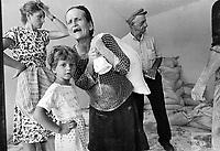 - Villaggio albanese, Queparo (Cepar&ograve;, agosto 1993);<br />  distribuzione della farina<br /> <br /> -  Albanian  Village, Queparo (Cepar&ograve;, August 1993); distribution of the flour