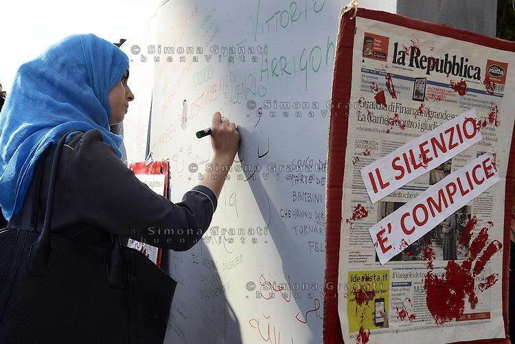 Roma, 11 Luglio 2014<br /> Manifestazione per la Palestina, <br /> Nel decimo anniversario della sentenza della Corte internazionale di Giustizia sull'illegalità del muro israeliano , contro la politica di Israele e l'attacco militare a Gaza. Un murodicartone con disegni frasi pensieri per una Palestina libera.<br /> Giovani arabe scrivono sul muro di cartone<br /> Rome, July 11, 2014 <br /> Demonstration for Palestine <br /> On the tenth anniversary of the judgment of the International Court of Justice on the illegality of the Israeli wall, against the policies of Israel and the military attack on Gaza.
