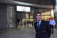 SAO PAULO, 14 DE JUNHO DE 2013 - PROTESTO COPA - Shopping Center 3, na Avenida Paulista, baixou as portas devido ao protesto contra a Copa no Brasil que passou em frente ao Shopping em passeata. Devido aos protestos contra o aumento da tarifa do transporte público comerciantes estão com medo de manifestações populares. . (FOTO: ALEXANDRE MOREIRA / BRAZIL PHOTO PRESS)