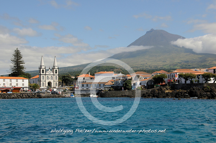 Madalena mit Berg Pico im Hintergrund, Madalena with Pico in background, Azoren, Portugal, Atlantik, Atlantischer Ozean, Azores, Portugal, Atlantic Ocean