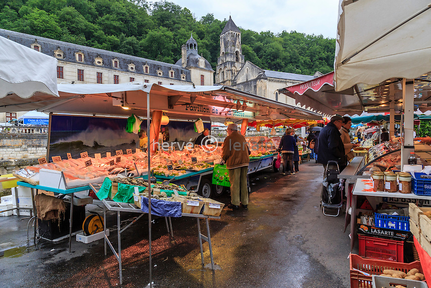 France, Dordogne (24), Brantôme, le marché du vendredi un jour de pluie et l'abbaye Saint-Pierre de Brantôme // France, Dordogne, Brantome, the abbey Saint Pierre de Brantome a market day