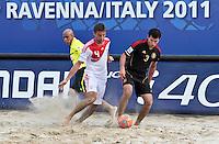 RAVENNA, ITALIA, 08 DE SETEMBRO DE 2011 - COPA DO MUNDO DE BEACH SOCCER - Anton Shkarin da Russia (branco) durante de partida contra o México(preto), válida pelas quartas de final da Copa do Mundo de Beach Soccer, no Estádio Del Mare, em Ravenna, Itália, nesta quinta-feira (8). FOTO: VANESSA CARVALHO - NEWS FREE