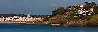 Europe/France/Aquitaine/64/Pyrénées-Atlantiques/Pays-Basque/Saint-Jean-de-Luz: Les maisons du front de mer  l'église Saint-Jean-Baptiste et la corniche basque à Ciboure