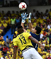 BARRANQUILLA – COLOMBIA - 23 – 03 -2017: Yerry Mina (Izq.) jugador de Colombia disputa el balón con Carlos Lampre (Der.) portero de Bolivia, durante partido entre los seleccionados de Colombia y Bolivia, de la fecha 13 válido por la clasificación a la Copa Mundo FIFA Rusia 2018, jugado en el estadio Metropolitano Roberto Melendez en Barranquilla. /  Yerry Mina (L) player of Colombia vies the ball with Carlos Lampre (R) goalkeeper of Bolivia, during match between the teams of Colombia and Bolivia, of the date 13 valid for the Qualifier to the FIFA World Cup Russia 2018, played at Metropolitan stadium Roberto Melendez in Barranquilla. Photo: VizzorImage / Luis Ramirez / Staff.
