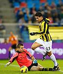Nederland, Arnhem, 2 december  2012.Eredivisie.Seizoen 2012-2013.Vitesse-Roda JC.Jonathan Reis (r.) van Vitesse passeert Filip Kurto (l.), keeper (doelman) van Roda JC en scoort de 2-0.
