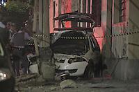 SAO PAULO, SP, 0505/2013, ACIDENTE VIATURA PM. Uma viatura da Policia Militar, bateu contra um poste na Rua Serra de Jaire altura do n. 100, no baiiro do Belem. O acidente aconteceu durante uma perseguicao na madrugada desse Domingo (5), os Policiais foram socorridos pelos Bombeiros e passam bem.   (Vanessa colocar o nome alterado) LUIZ ANTONIO/ BRAZIL PHOTO PRESS