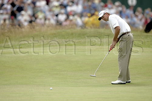 17 July 2005: South African golfer Retief Goosen (RSA) putting on the 1st green during the final round. Goosen shot a 2 over par 74 to be 7 under and finish in a tie for 5th place at the Open Championship, The Old Course at St Andrews, Scotland. Photo: Glyn Kirk/Actionplus...golf player 050717 putts