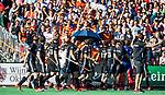 BLOEMENDAAL   - Hockey -  2e wedstrijd halve finale Play Offs heren. Bloemendaal-Amsterdam (2-2) . A'dam wint shoot outs. Amsterdam 'bedankt'  het Bloemendaal  publiek. COPYRIGHT KOEN SUYK