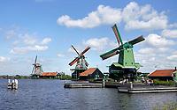 Nederland Zaanse Schans - 2020. Molens bij Zaanse Schans. De groene molen is de Gekroonde Poelenburg. Foto Berlinda van Dam / HH / ANP