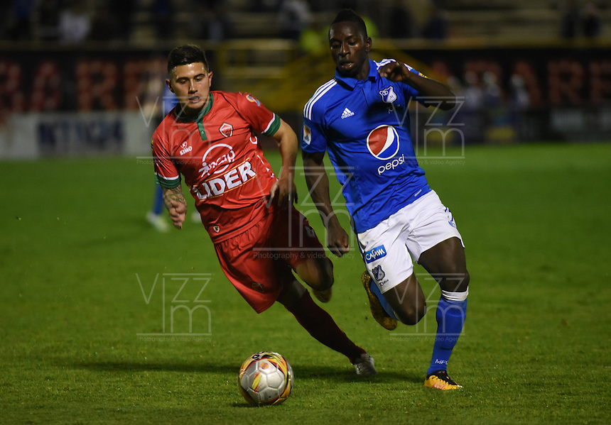 TUNJA -COLOMBIA, 02-07-2016.Elkin Blanco(Der.) jugador de Millonarios disputa el balón con Uvaldo Luna  (Izq.) de Patriotas  FC durante encuentro  por la fecha 1 de la Liga Aguila II 2016 disputado en el estadio de  La Independencia./ Elkin Blanco (R) player of Millonarios fights for the ball with Uvaldo Luna(L) player of Patriotas FC during match for the date 1 of the Aguila League II 2016 played at La Independencia  stadium . Photo:VizzorImage / César Melgarejo   / Cont