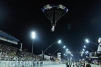 """SAO PAULO, SP, 17 DE FEVEREIRO 2012 - CARNAVAL 2012 SP - APRESENTACAO GRUPO COREANO YOUNG EUM ART - Paraquedista do grupo O grupo sul-coreano """"Young Eum Art"""" durante apresentacao que celebra os 50 anos da imigracao da Coreia do Sul.  Antes da abertura oficial do Carnaval 2012, no Sambodromo do Anhembi na regiao norte da cidade de Sao Paulo, nesta sexta-feira. 17. (FOTO: LEVI BIANCO - BRAZIL PHOTO PRESS)."""