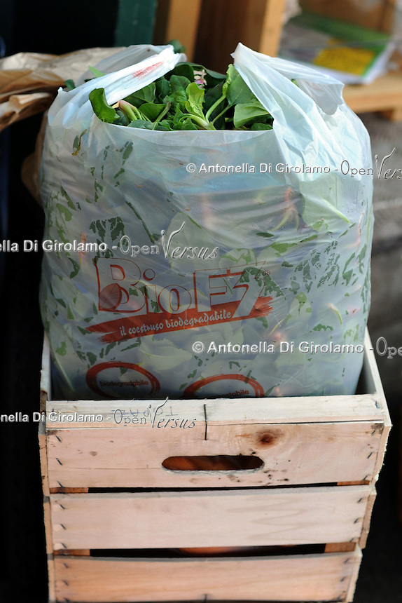 Progetto Scec.Solidarietà che cammina.Banco di frutta e verdura. Fruit and vegetables stand.Busta di plastica biodegradabile....