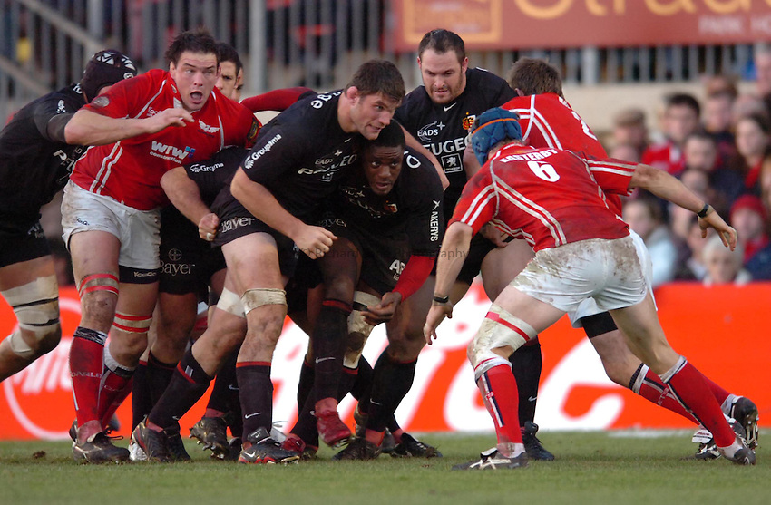 Photo: James Davies..Llanelli Scarlets v Toulouse. Heineken Cup. 09/12/2006..Fabien Pelous (centre) and Yannick Nyanga of Toulouse get the maul rolling.