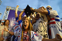 SAO PAULO, SP, 12 FEVEREIRO 2013 - CARNAVAL SP - PÉROLA NEGRA CAMPEÃ DO GRUPO DE ACESSO-  Presidentes e diretores da Pérola Negra comemoram a conquista do Grupo de Acesso do Carnaval Paulista 2013, após apuração dos votos realizado no Sambódromo do Anhembi na região norte da capital paulista, nesta terça, 12. FOTO: LEVI BIANCO - BRAZIL PHOTO PRESS