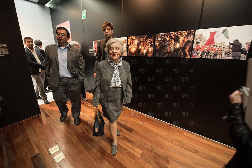 """CIUDAD DE MÉXICO, septiembre 25, 2015. Familiares de Rubén Espinosa recorren junto a Elena Poniatowska la exposición """"Lecciones del 68. ¿Por qué no se olvida el 2 de octubre?"""" en el Museo Memoria y Tolerancia en la Ciudad de México, el 25 de septiembre de 2015 FOTO: ALEJANDRO MELÉNDEZ"""