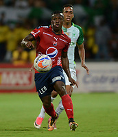 MEDELLÍN - COLOMBIA, 26-08-2017: Edison Toloza (Izq) jugador del Medellín disputa el balón con Andres Renteria (Der) de Nacional durante el partido entre Independiente Medellín y Atlético Nacional por la fecha 10 de la Liga Águila II 2017 jugado en el estadio Atanasio Girardot de la ciudad de Medellín. / Edison Toloza (L) player of Medellin vies for the ball with Andres Renteria (R) player of Nacional during match between Independiente Medellin and Atletico Nacional for the date 10 of the Aguila League II 2017 played at Atanasio Girardot stadium in Medellin city. Photo: VizzorImage/ León Monsalve / Cont