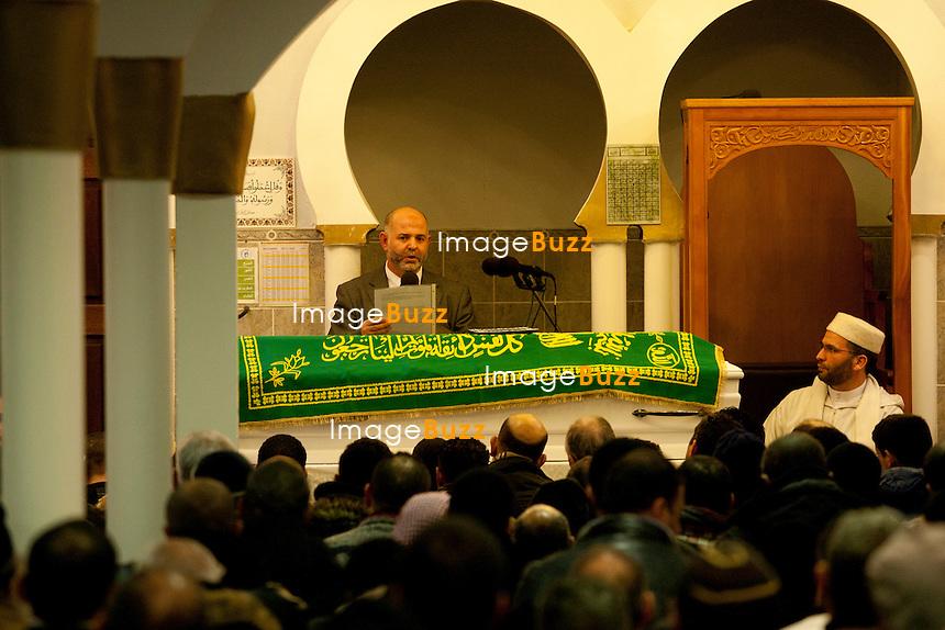 """Trois jours après la fusillade de la place Saint Lambert à Liège, en Belgique, une cérémonie religieuse  était organisée ce vendredi 16 décembre, au centre Islamique de Bressoux, en hommage à l' adolescent tunisien de 15 ans, Mehdi Belhadj, alias Nathan, tué dans la fusillade. Il a été ensuite enterré au cimetière de Jupille, où Ils étaient des centaines de membres de la famille, de proches, d'amis ou simplement d'anonymes à s'être regroupés pour rendre un dernier hommage..16/12/2011.Pic ; Cérémonie religieuse à la mosquée de Bressoux, en hommage à  Mehdi """" Nathan """" Belhadj..............."""