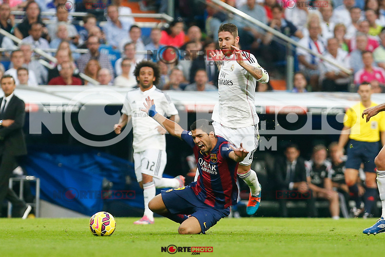 Real Madrid´s Sergio Ramos (R) and Barcelona´s Luis Suarez during La Liga match between Real Madrid and F.C. Barcelona in Santiago Bernabeu stadium in Madrid, Spain. October 25, 2014. (ALTERPHOTOS/Victor Blanco) /nortephoto.com