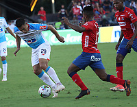 MEDELLÍN- COLOMBIA, 16-12-2018.Elvis Perlaza (Der.)  jugador del Independiente Medellín disputa el balón con Teofilo Gutierrez (Izq.) jugador del Atlético Junior  durante partido por la final  de la Liga Águila II 2018 jugado en el Estadio Atanasio Girardot de la ciudad de Medellín. /Elvis Perlaza (R) player of Independiente Medellin fights the ball agaisnt of Teofilo Gutierrez (L) player of Atletico Junior  during the final  match of the Liga Águila II 2018 played at the Atanasio Girardot Stadium in the city of Medellín. . Photo: VizzorImage / Felipe Caicedo / Staff