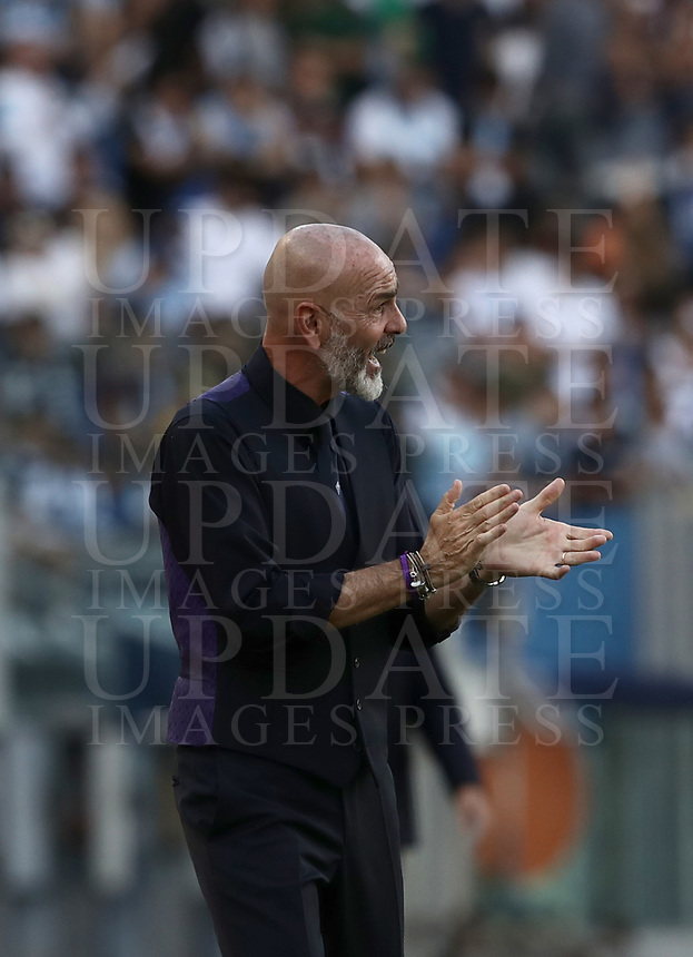 Football, Serie A: S.S. Lazio - Fiorentina, Olympic stadium, Rome, 7 ottobre 2018. <br /> Fiorentina's coach Stefano Pioli speaks to his players during the Italian Serie A football match between S.S. Lazio and Fiorentina at Rome's Olympic stadium, Rome on October 7, 2018.<br /> UPDATE IMAGES PRESS/Isabella Bonotto