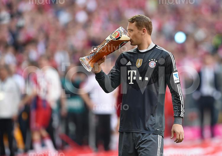 FUSSBALL   1. BUNDESLIGA   SAISON 2013/2014  34. SPIELTAG FC Bayern Muenchen - VfB Stuttgart             10.05.2014 Der FC Bayern feiert die 24. Deutsche Meisterschaft: Torwart Manuel Neuer trinkt Weissbier