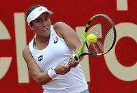 BOGOTA - COLOMBIA - 16-04-2016: Irina Falconi de Estados Unidos, devuelve la bola a Lara Arruabarrena de España, durante partido por el Claro Colsanitas WTA, que se realiza en el Club El Rancho de Bogota. / Irina Falconi of United States,<br /> returns the ball to Lara Arruabarrena of Spain, during a match for the WTA Claro Colsanitas, which takes place at Club El Rancho de Bogota. Photo: VizzorImage / Luis Ramirez / Staff.