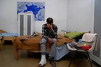 Milano / Italia 2013.Centro di assistenza per homeless di Via Aldini, nel quartiere periferico di Quarto Oggiaro, dove MSF ha aperto la prima struttura italiana dotata di post-degenza per i senza fissa dimora italiani e stranieri cui necessitano cure mediche. .Nella foto, un senza fissa dimora di nazionalità italiana in cura presso i locali adibiti da MSF per l'assistenza delle persone dimesse dagli ospedali che necessitano di cure specialistiche. Tra di loro ci sono casi di tumore, polmonite, infarto, fratture ossee, gravi casi di diabete..Assistance center for the homeless in the neighborhood of Quarto Oggiaro on the outskirts of Milan, where MSF has opened the first Italian structure with post-hospitalization for homeless Italians and foreigners who need medical care..Photo Livio Senigalliesi.