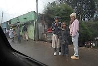 ragazze in una via di Addis Abeba