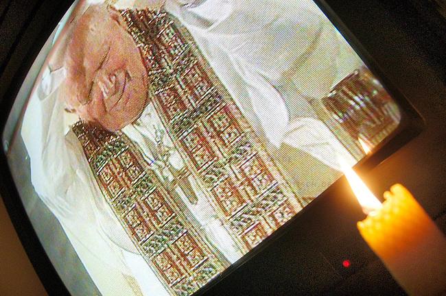 Das mediale Sterben des Papstes<br /> Sondersendungen und Extraberichte der Fernsehsender nachdem am Freitag den 1. April 2005 das Sterben des Papstes bekannt wurde.<br /> Hier: Der Papst im ARD. Zum Gedenken an den sterbenden Papst wurde eine Kerze entzuendet<br /> 1.4.2005, Berlin<br /> Copyright: Christian-Ditsch.de<br /> [Inhaltsveraendernde Manipulation des Fotos nur nach ausdruecklicher Genehmigung des Fotografen. Vereinbarungen ueber Abtretung von Persoenlichkeitsrechten/Model Release der abgebildeten Person/Personen liegen nicht vor. NO MODEL RELEASE! Nur fuer Redaktionelle Zwecke. Don't publish without copyright Christian-Ditsch.de, Veroeffentlichung nur mit Fotografennennung, sowie gegen Honorar, MwSt. und Beleg. Konto: I N G - D i B a, IBAN DE58500105175400192269, BIC INGDDEFFXXX, Kontakt: post@christian-ditsch.de<br /> Bei der Bearbeitung der Dateiinformationen darf die Urheberkennzeichnung in den EXIF- und  IPTC-Daten nicht entfernt werden, diese sind in digitalen Medien nach &sect;95c UrhG rechtlich geschuetzt. Der Urhebervermerk wird gemaess &sect;13 UrhG verlangt.]