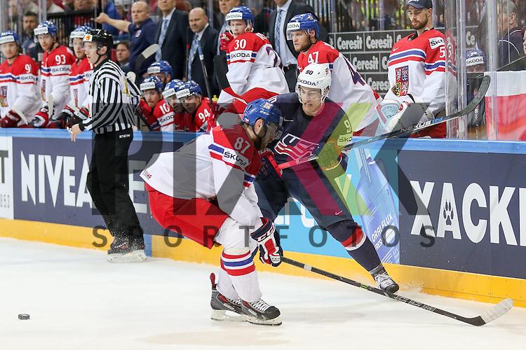 USAs Lee, Anders (Nr.90)(New York Islanders) im Zweikampf mit Tschechiens Nakladal, Jakub (Nr.87)(TPS Turku) an der Bande im Spiel IIHF WC15 USA vs. Czech Republic.<br /> <br /> Foto &copy; P-I-X.org *** Foto ist honorarpflichtig! *** Auf Anfrage in hoeherer Qualitaet/Aufloesung. Belegexemplar erbeten. Veroeffentlichung ausschliesslich fuer journalistisch-publizistische Zwecke. For editorial use only.